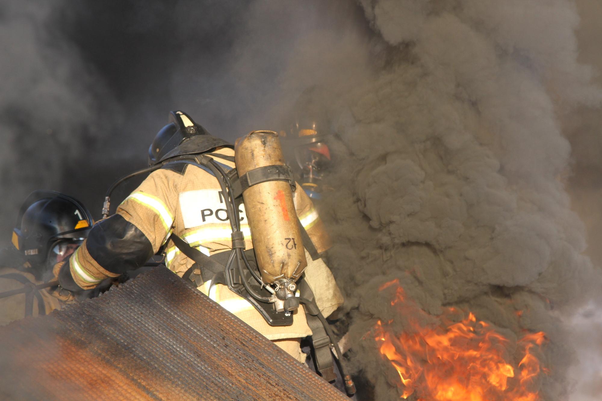 В посёлке Палане огнеборцы при тушении пожара спасли материальные ценности на сумму около двух миллионов рублей