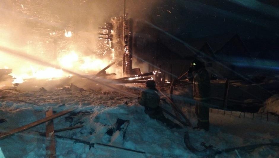 В Мильковском районе пожарные инспекторы выясняют причину возгорания в заброшенном доме