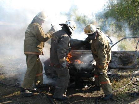 На Камчатке пожарные инспекторы выясняют причину возгорания в автомобиле