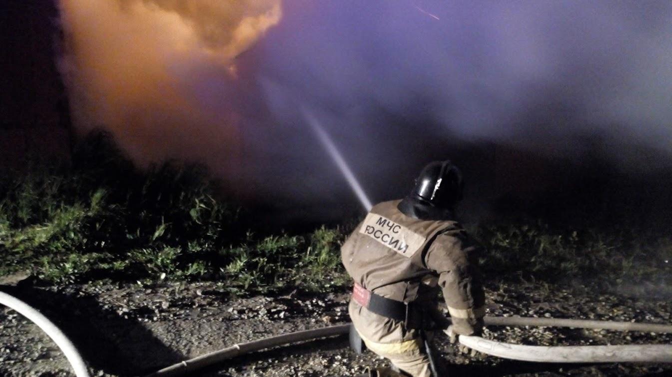 В Елизовском районе пожарные отстояли от огня дaчный дом