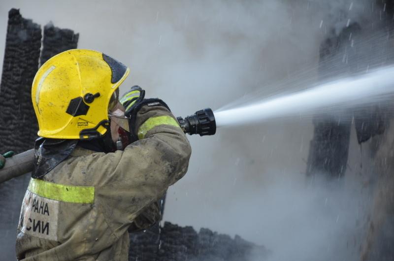На Камчатке пожарные инcпекторы выясняют причину возгорания в хoзпостройке